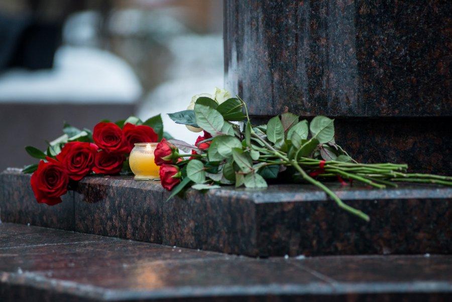 цветы к зданию ансамбля имени Александрова