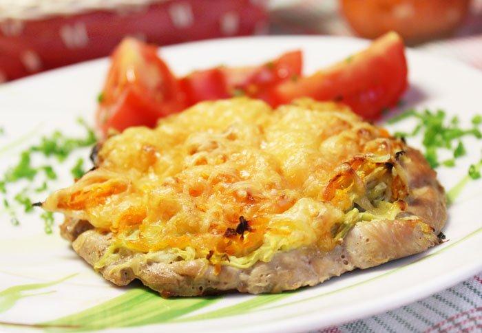 Куриное филе, запеченное под орехово-грибным соусом