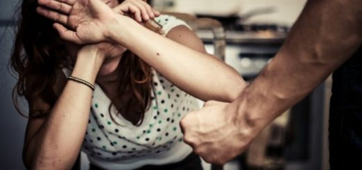 Мужчина зарезал девушку