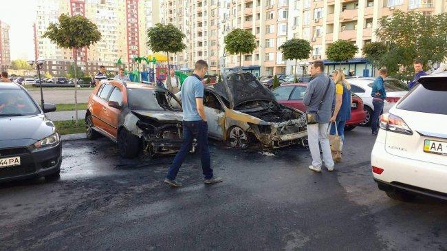 во дворе сгорели два авто