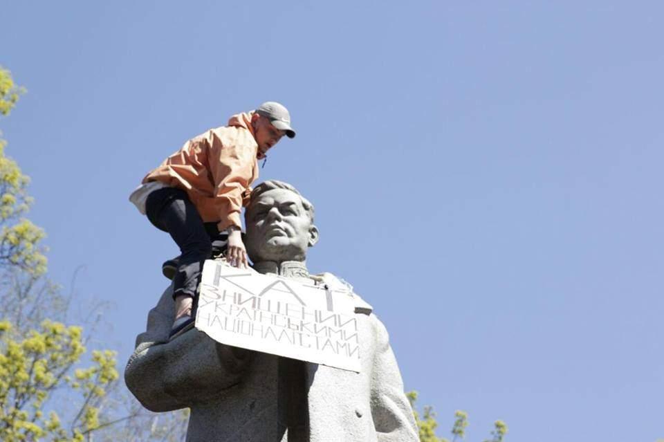 Националисты пришли сносить памятник Ватутину