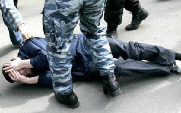 россиянин избил полицейского